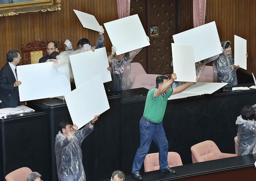 民進黨立委高舉板子阻擋水球保護院長游錫堃。(姚志平攝)