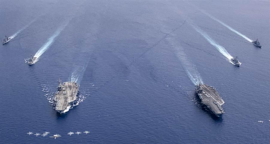 「雷根」號(USS Ronald Reagan,CVN76)和「尼米茲」號(USS Nimitz,CVN-68)雙航母打擊群7月6日在南海舉行軍演的資料照。(美國海軍)