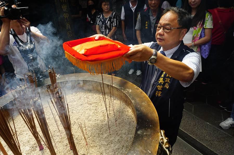 台中市民政局長吳世瑋進行錢母過火儀式,祝福模範爸爸使用媽祖加持的禮金消費,提高台中購物節中獎機會。(王文吉攝)