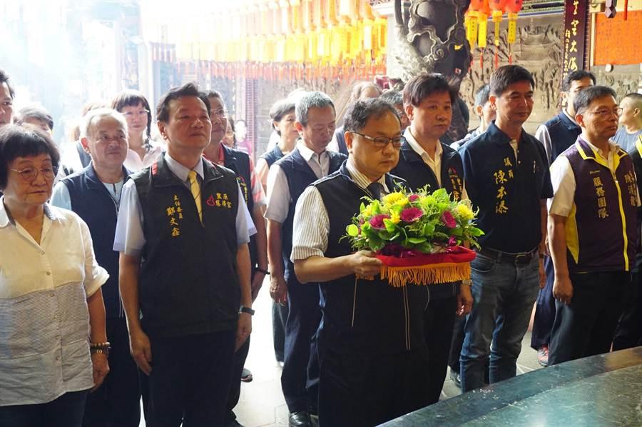 台中市民政局長吳世瑋向慈濟宮媽祖行三獻禮,祈求媽祖庇佑39位模範父親及天下爸爸們平安快樂健康。(王文吉攝)