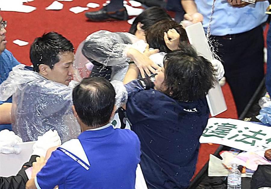 立法院17日臨時會行使監察院人事同意權投票,藍綠數次發生衝突,國民黨立委葉毓蘭(右下)抓著民進黨立委邱議瑩的頭髮,其他立委趕緊上前將2人分開。(姚志平攝)