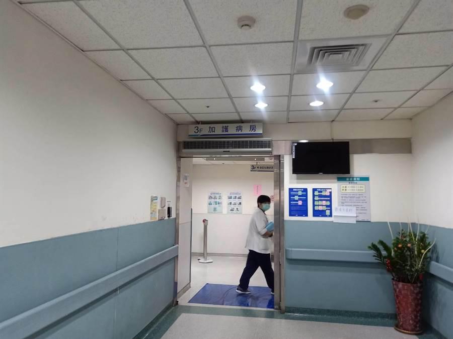 路倒的熊貓外送員經搶救兩小時後,目前收治在內科加護病房,仍有生命危險。(馮惠宜攝)