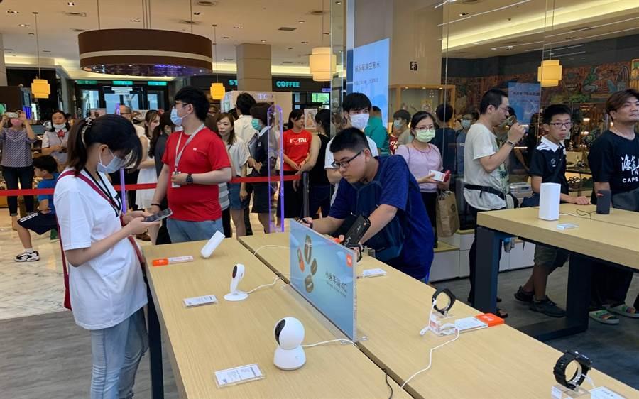 小米高雄左營店開幕祭出促銷,不少米粉瘋搶小米手環5。(柯宗緯攝)