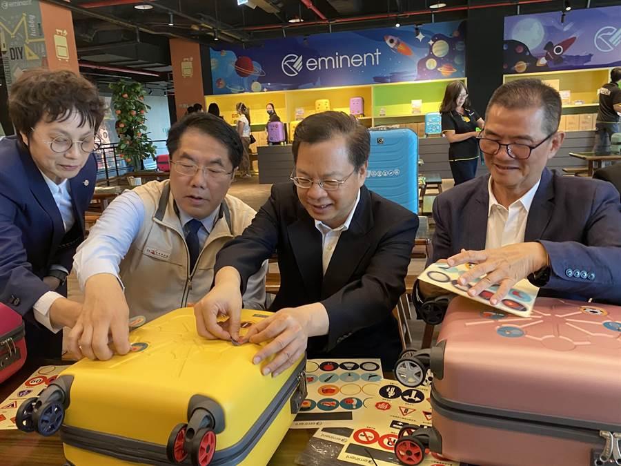 國發會主委龔明鑫(右二)到台南消費振興三倍券拚經濟。(曹婷婷攝)
