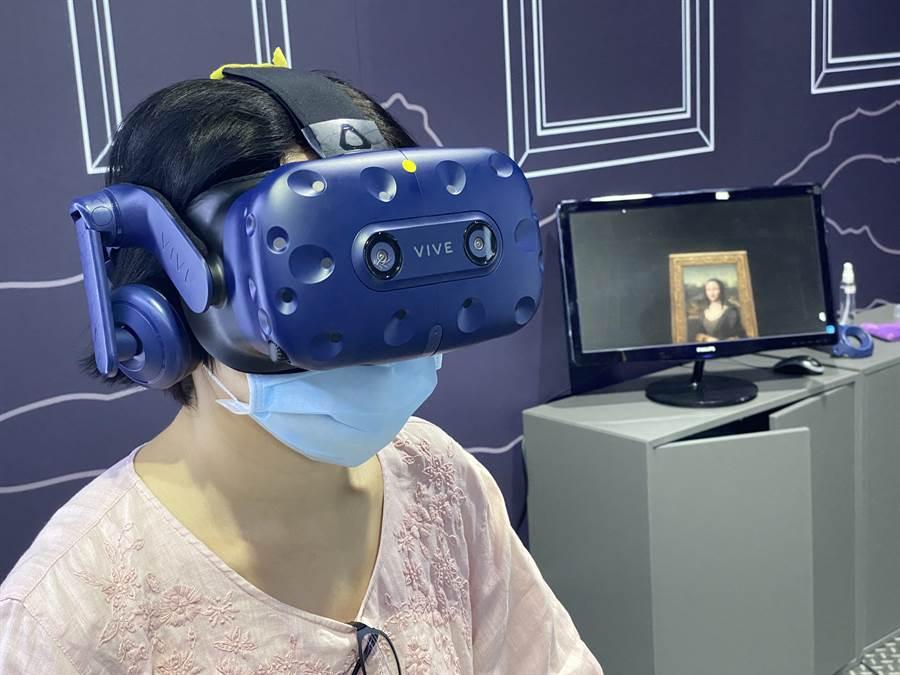 來到大魯閣草衙道KOSMOSPOT X VIVELAND VR 虛擬實境樂園可盡情體驗HTC「蒙娜麗莎 - 越界視野」VR作品。(黃慧雯攝)