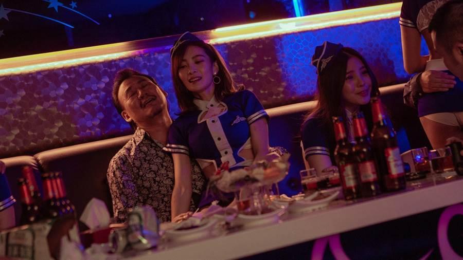 李亦捷(左二)在片中演出惹火酒店妹,犧牲不小。(資料照)