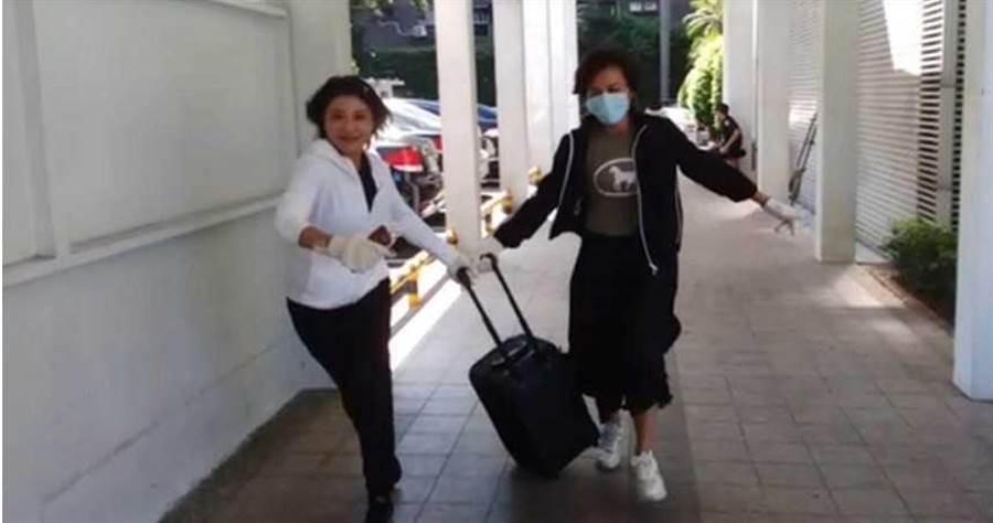 綠委林楚茵與邱議瑩遭藍委指控偷竊藍黨團大音箱,圖為兩綠委被拍攝到推著藍營音箱狂奔。(圖/國民黨立院黨團)