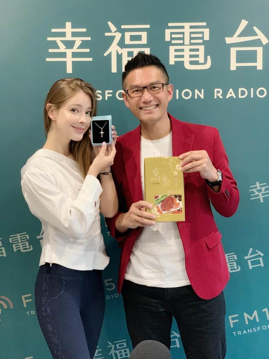 何戎(右)邀安妮當電台廣播嘉賓。(幸福電台提供)