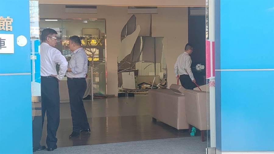 大村鄉中山路旁本土汽車大廠的展示間內,落地窗玻璃和內部裝潢隔間都被撞出一個大洞,一片狼藉。(民眾提供/謝瓊雲彰化傳真)