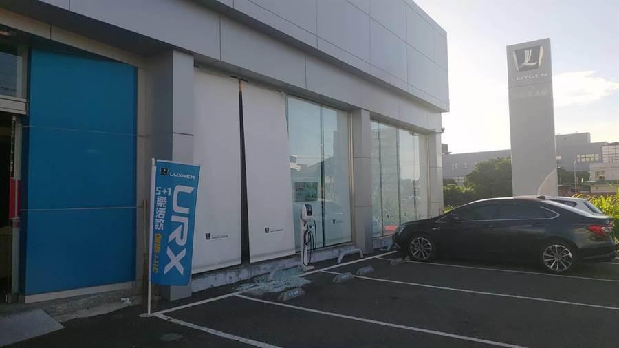 黃姓男子原本把車停在正門停車格內等友人,不料竟突然撞進展示間,玻璃應聲碎裂一地,令到場救護的消防人員都忍不住納悶是怎麼撞的。(民眾提供/謝瓊雲彰化傳真)