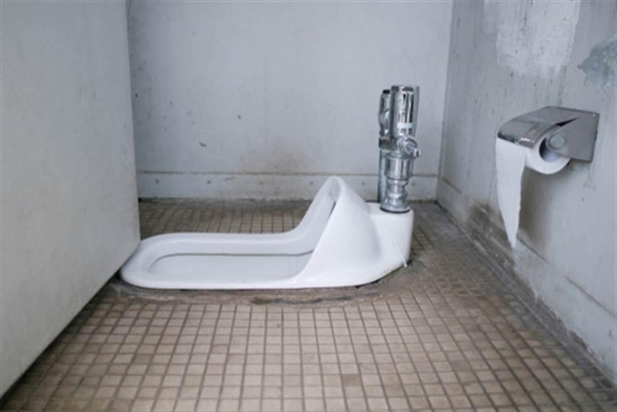 史上最噁懸案!男裸身卡進蹲式便池 女師如廁低頭見屍(示意圖/達志影像)