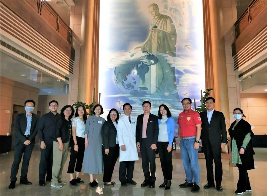 貿協董事長黃志芳(右5)率團拜會慈濟醫院院長林欣榮 (右6)。(貿協提供)