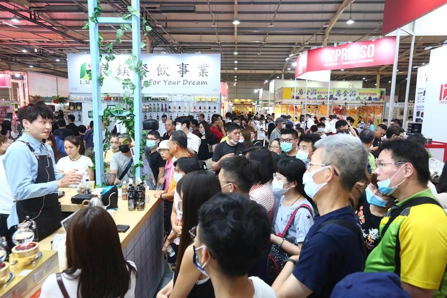 「2020年台中國際茶、咖啡暨烘焙展」及「台中國際酒展」開幕首日人潮洶湧,絡繹不絕。(貿協提供)