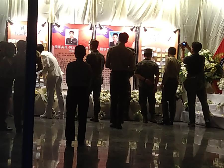 海軍陸戰隊今晚悼念2名殉職官兵點燈追思會,不少同袍紛紛留言供官兵寫下想說的話,留言「你是最棒的陸戰菁英」等追思悼念。(林雅惠攝)