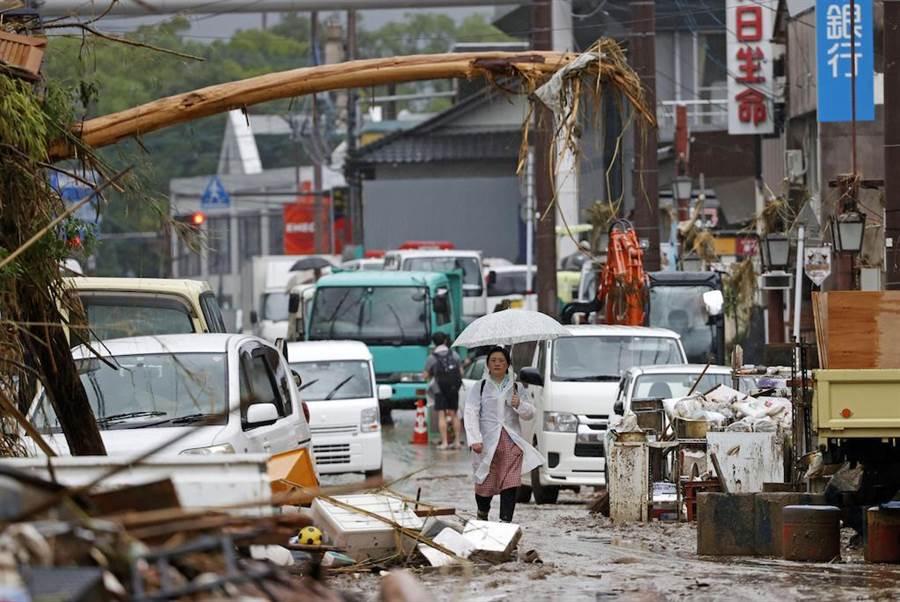 日本九州地區暴雨成災,圖為7月7日拍攝的日本熊本縣人吉市受災的街道。(新華社)