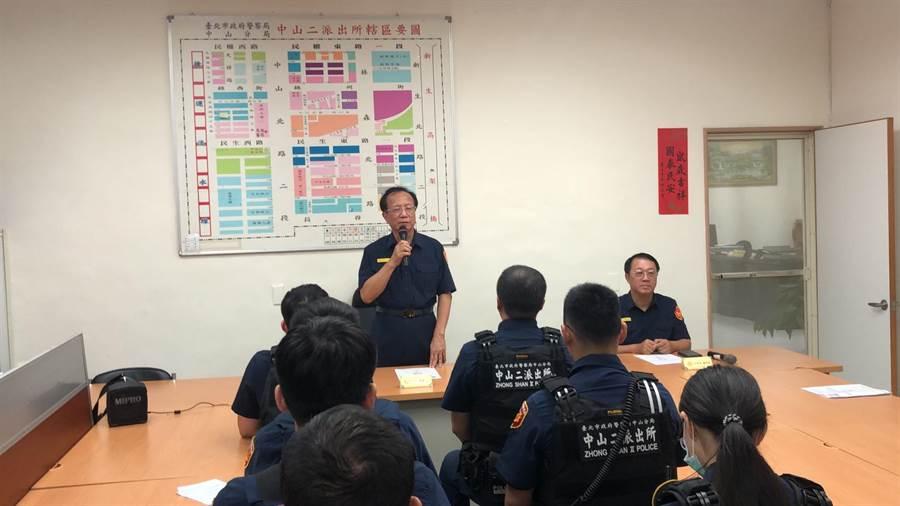 台北市警察局長陳嘉昌17日晚間到中二派出所慰勤。(林郁平攝)