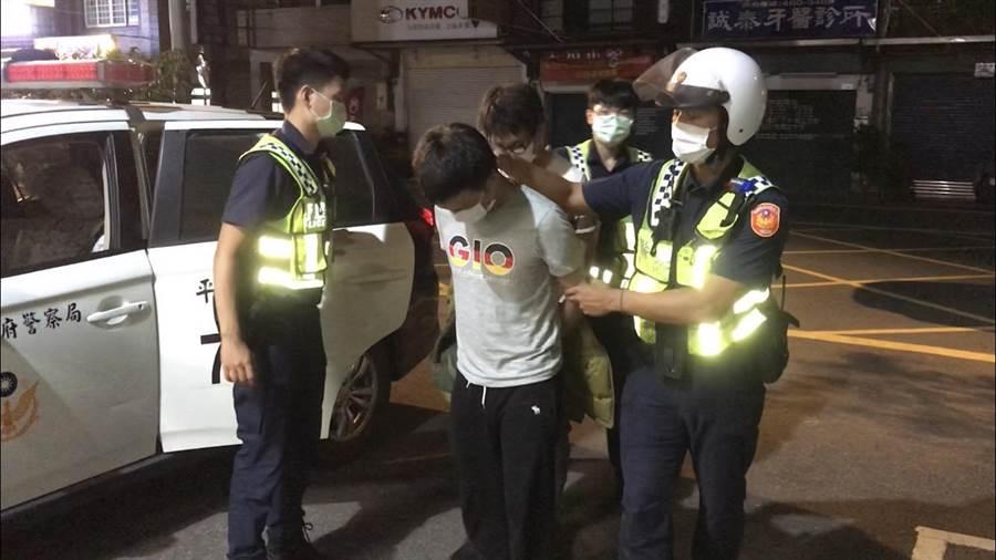 平鎮警分局16日發現2名被高雄、台北及桃園地檢發布毒品案通緝的男子。(平鎮警分局提供/黃婉婷桃園傳真)