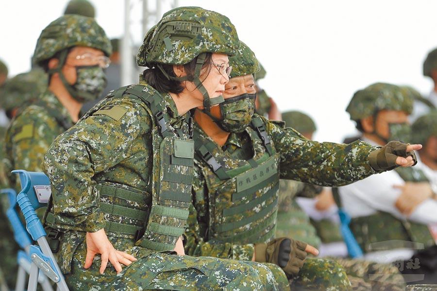 蔡英文總統16日上午前往台中視導漢光36號演習「三軍聯合反登陸作戰」操演,肯定跨軍種和兵種的絕佳合作默契,達成聯合反登陸作戰的目標。(軍聞社)