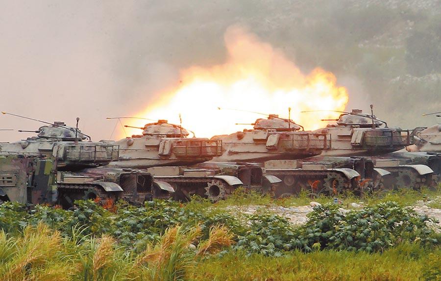 漢光36號演習三軍聯合反登陸作戰實彈操演16日在台中甲南海灘進行,M60A3戰車對灘頭敵軍強力砲火攻擊。(姚志平攝)