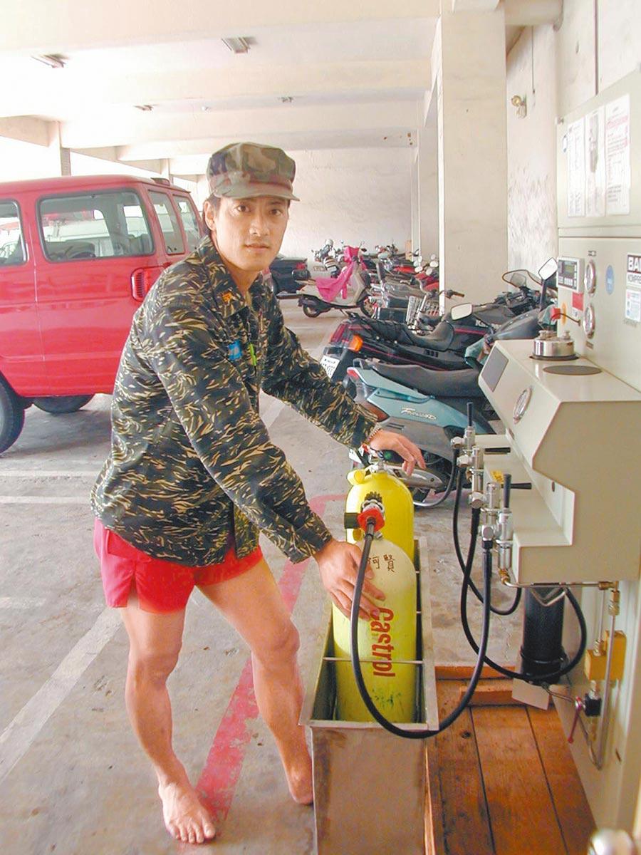 蛙王蔡心嚴曾擔任救生員,他建議民眾到海邊要有安全防護觀念,危險的地方別下水。(本報資料照片)