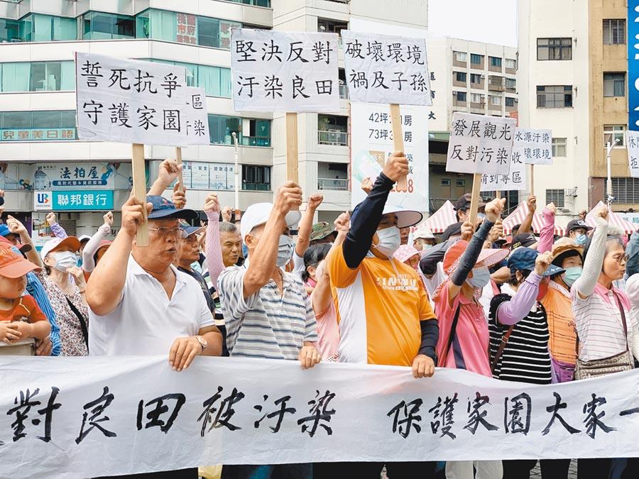 永安里民16日高喊「反對良田被汙染」、「誓死抗爭守護家園」標語,抗議業者設立資源回收場。(姜霏攝)