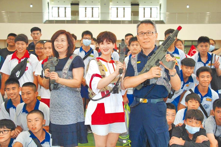 蘆竹警分局16日至南崁國中與學生進行鐳射槍戰。(姜霏攝)