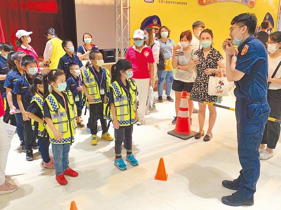 大溪警分局16日舉辦青春專案特別活動,讓學員體驗警察工作。(大溪警分局提供/黃婉婷桃園傳真)