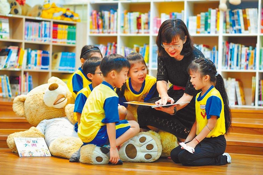 「師鐸獎」得獎者上石國小閔柏惠積極推動國際教育。(台中市教育局提供/王文吉台中傳真)