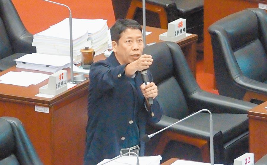 國民黨高雄巿議員黃紹庭16日質詢,要求將陳菊移送監察院調查。(曹明正攝)