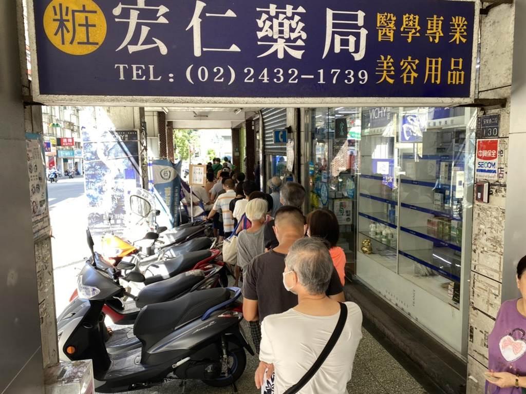 上班族、婆婆妈妈们的排队潮再次涌现基隆,邮局周六紧急加派人手发三倍券。(吴康玮摄)