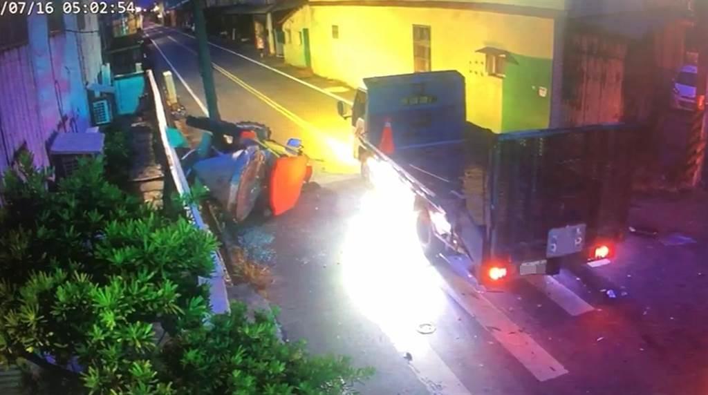 綠燈直行的大貨車被闖紅燈的廂型車攔腰撞上,貨車上載運的施肥農機當場被「擊落」翻倒在路邊,還波及路標指示牌與工廠外牆。 (民眾提供/謝瓊雲彰化傳真)
