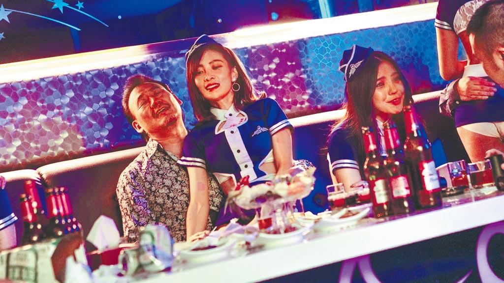 李亦捷(右)在片中演出惹火酒店妹,犧牲不小。(資料照片)