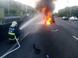 國道上飛來報紙擋視線! 女駕駛為「清障礙」翻車成火球