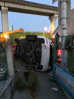 23岁男夜飙700万玛莎拉蒂自撞翻覆  全车4人受伤