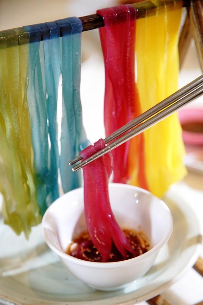 鍾富源靈機一動做成「涼粄」創新吃法,彩衣粄條讓人拍照拍不停。(攝影/曾信耀)