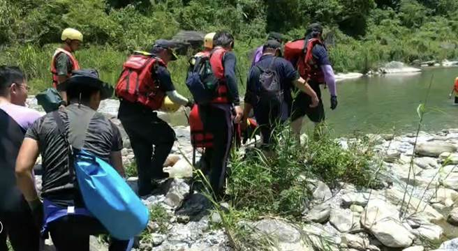 女子跳水時,尾椎撞擊石塊,下半身麻痺,無法行走。救難人員用擔架搬運下山。(花蓮消防局提供/王志偉花蓮傳真)