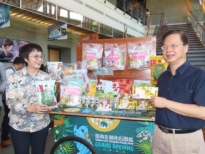 國發會主委龔明鑫與南市副市長趙卿惠聯手行銷台南在地文創產品。(莊曜聰攝)