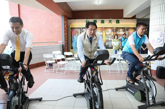 台南市長黃偉哲「撩下去」踩飛輪挑戰「人力腳踏車發電」,大熱天揮汗如雨當做運動。(台南市政府警察局提供/莊曜聰台南傳真)