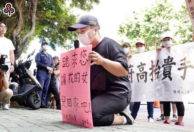 近來陸配不斷向政府陳情,盼能開放,讓在大陸的家人能回台灣團聚,但有一名新竹設備商反映,移民署已表明不接受新婚陸配申請團聚,氣憤不已,直問:「我們的文件有新冠病毒嗎?」(本報資料照)