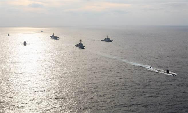 由美國、印度、日本、澳大利亞所推動的印太4邊機制,將採取具體步驟遏制大陸。圖為2019年印日美3國聯合舉行的馬拉巴爾軍演。(圖/美國海軍)