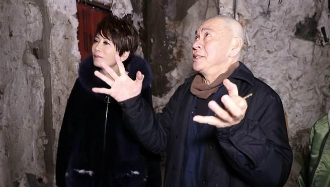 陳雅琳(左)直擊蔡明亮山中的廢墟。(壹電視提供)