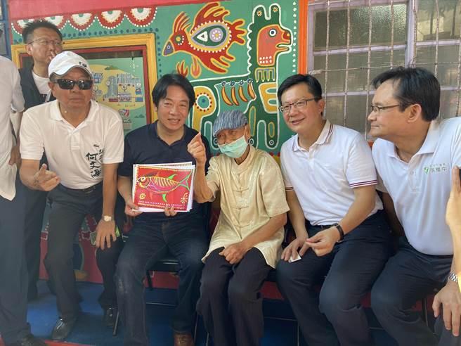 副總統賴清德(左二起)18日到彩虹眷村拜訪98歲彩虹爺爺,稱讚素人畫家「台灣之寶」。(盧金足攝)