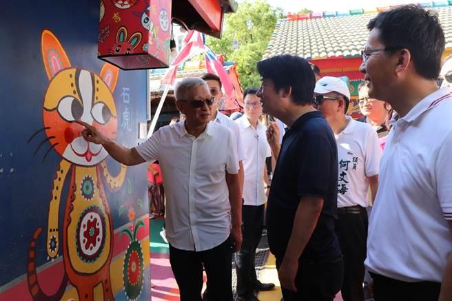 副總統賴清德看到彩虹爺爺畫的石虎,兩眼由前台中市長林佳龍與彩虹爺爺點睛,幽默的說,畫龍點睛這是畫虎點睛。(盧金足攝)