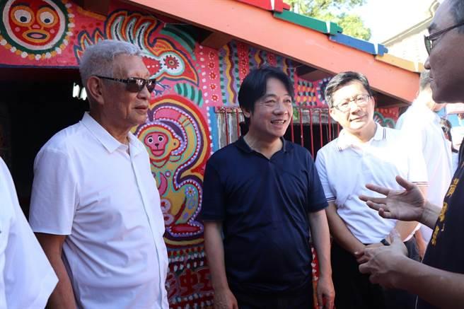 副總統賴清德到彩虹眷村吸引很多民眾爭相合照。(盧金足攝)