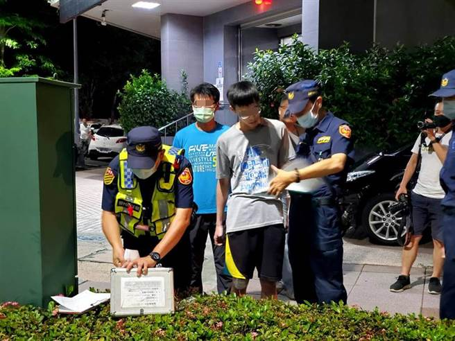 警政署長陳家欽的座車駕駛(藍衣)不慎擦撞騎士(中),所幸沒有大礙。(高市警局提供/柯宗緯高雄傳真)