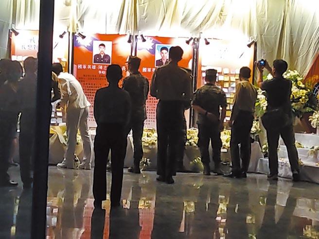 漢光36號演習17日結束,由於海軍陸戰隊發生覆舟意外,造成兩名士官兵殉職,營區昨晚舉行追思會。(林雅惠攝)