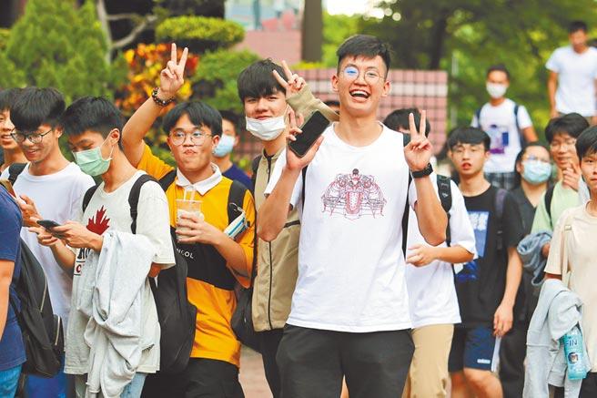 升學專家表示,今年許多科目高分群考生大減,將造成各校系錄取分數往下跌。圖為大學指考結束,考生們開心迎接暑假。(本報資料照片)