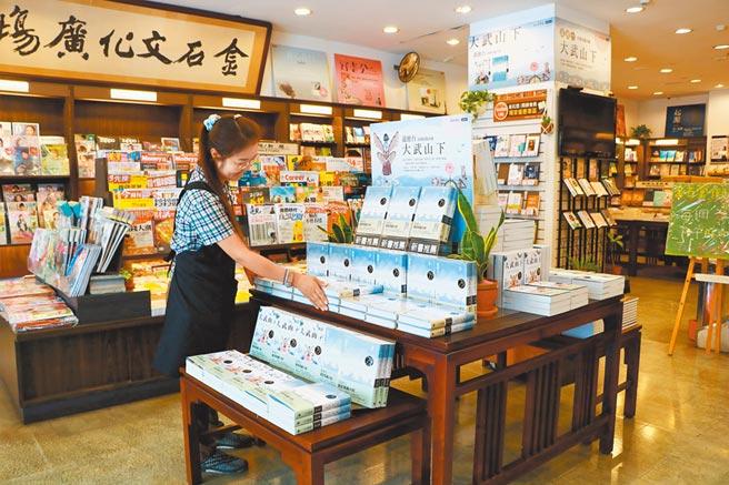 連鎖書店金石堂在潮州鎮經營22年,近日傳出因經營不善面臨歇業,業者為此力求轉型,盼在傳遞國際視野的同時,也要有在地認同感。(謝佳潾攝)