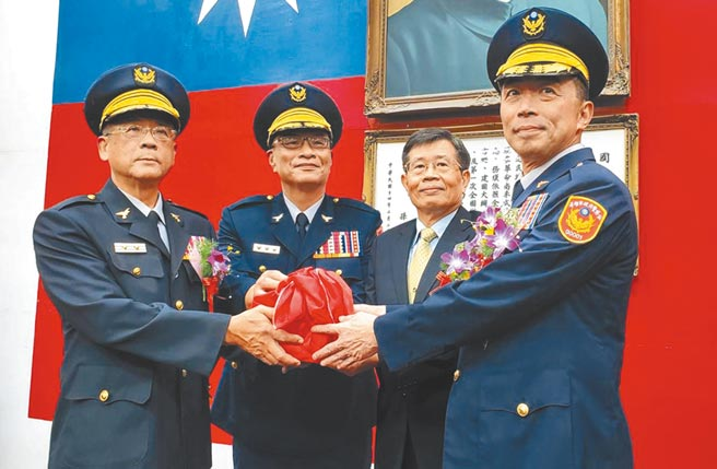 新任高雄市警察局長劉柏良(右)表示,絕對不允許特種營業場所成治安破口。(劉宥廷攝)