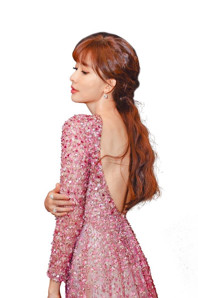 林志玲以一襲Valentino早秋粉紅色禮服搭配Harry Winston鑽石耳環及戒指。(林志玲工作室提供)